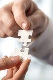 Wirtschaftler, die zusammen zusammenpassende Ineinander greifenpuzzlespieltorte passen Lizenzfreie Stockbilder