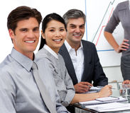 Wirtschaftler in einer Sitzung stockfotos