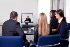 Wirtschaftler an einer Videokonferenz Lizenzfreie Stockfotografie