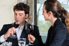 Wirtschaftler essen im Restaurant zu Mittag Stockfotos