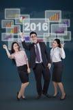 Wirtschaftler feiern ihren Erfolg zusammen Stockbild