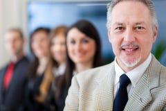 Wirtschaftler: Führer vor seinem Team Lizenzfreies Stockbild