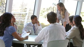 Wirtschaftler gesetzt um die Tabelle, die Sitzung hat stock video