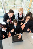 Wirtschaftler haben Teamsitzung im Büro Stockbilder