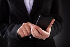 Wirtschaftler Holding Cellphone stockfotos