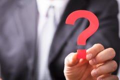 Wirtschaftler Holding Question Mark Sign lizenzfreies stockfoto