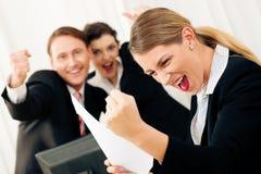 Wirtschaftler im Büro, das großen Erfolg hat Stockfotos