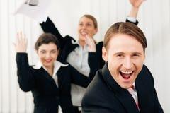 Wirtschaftler im Büro, das großen Erfolg hat Lizenzfreies Stockbild