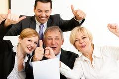Wirtschaftler im Büro, das großen Erfolg hat stockbilder