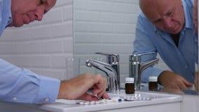 Wirtschaftler im Bürobadezimmertext unter Verwendung des Mobiltelefons, das großen Kopfschmerzen erleidet stock video footage