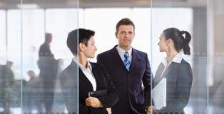 Wirtschaftler im Büro Lizenzfreie Stockfotografie