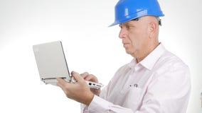 Wirtschaftler-Image Wearing Hardhat-Arbeit unter Verwendung der Laptop-drahtlosen Kommunikation lizenzfreie stockfotos