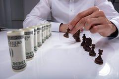 Wirtschaftler Making First Move mit Schachfigur lizenzfreie stockfotos