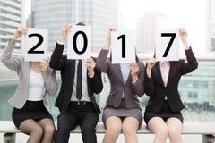 2017 Wirtschaftler mit Anschlagtafel Lizenzfreie Stockfotografie