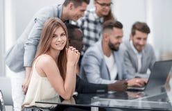 Wirtschaftler mit dem Digitalrechner, der Sitzung im Büro hat stockfoto