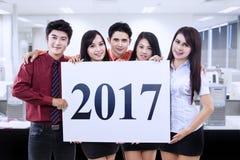 Wirtschaftler mit 2017 im Büro Stockbild