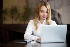 Wirtschaftler mit Laptop Stockbild