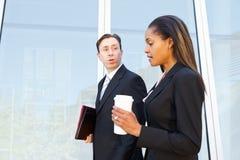 Wirtschaftler mit Mitnehmerkaffee außerhalb des Büros stockbild