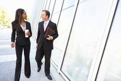 Wirtschaftler mit Mitnehmerkaffee außerhalb des Büros stockfotografie