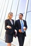 Wirtschaftler mit Mitnehmerkaffee außerhalb des Büros Lizenzfreie Stockfotos