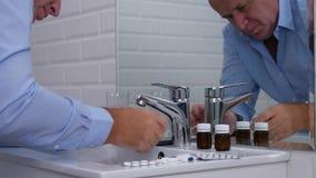 Wirtschaftler nehmen Medizin im Badezimmer und im Text unter Verwendung des Mobiltelefons stock footage
