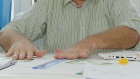 Wirtschaftler setzte die Ziehwerkzeuge und die Papierdokumente auf dem Tisch stock video