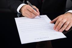 Wirtschaftler Signing Contract Paper Lizenzfreies Stockbild