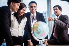 Wirtschaftler sprechen über globale Strategie lizenzfreie stockbilder