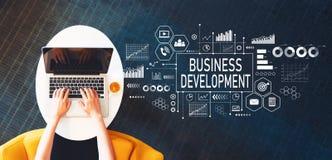 Wirtschaftliche Entwicklung mit der Person, die einen Laptop verwendet lizenzfreie stockbilder