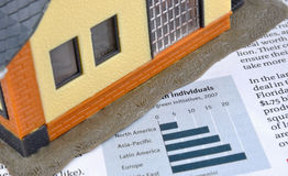 Wirtschaftlichkeitinformationen, Diagramm und Hausbaumuster Lizenzfreie Stockfotos