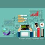 Wirtschaftsanalytiker berechnen Statistiken lizenzfreie stockbilder