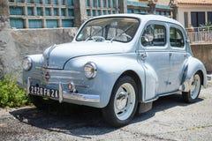 Wirtschaftsauto alten Hasen Renaults 4CV hellblaues Lizenzfreie Stockbilder