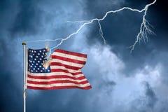 Wirtschaftskrisekonzept mit der US-Flagge schlug durch Blitz Stockfotografie