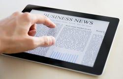 Wirtschaftsnachrichten auf Tablette PC Stockfotos