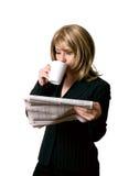 Wirtschaftsnachrichten und Kaffee Stockbilder
