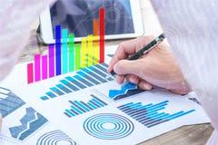 Wirtschaftsstatistikerfolgskonzept: Geschäftsmannanalytikholzkohle Stockbilder