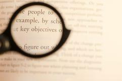 Wirtschaftsstudiumtext fokussiert durch Linse mit unscharfem Hintergrund stockfotografie