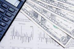 Wirtschaftszeitung mit Taschenrechner und Dollar Lizenzfreie Stockbilder