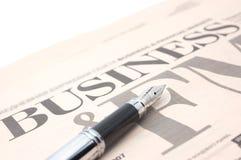 Wirtschaftszeitung und Feder Lizenzfreie Stockbilder