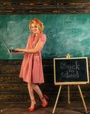 Wirtualnego światu pojęcie Nauczyciel daje lekci w wirtualnym świacie używać laptop Kobiety blogger pisze szkolnym blogu z intern obrazy stock