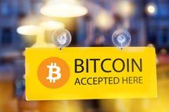 Wirtualny pieniądze Bitcoin cryptocurrency - Bitcoins akceptujący tutaj zdjęcia stock
