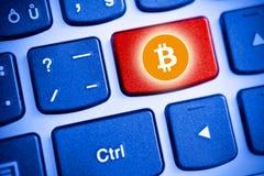 Wirtualny pieniądze Bitcoin cryptocurrency - Bitcoins akceptujący tutaj zdjęcie stock