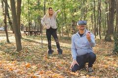 Wirtualny proponować mężczyzna proponuje jego wirtualnej dziewczyny rodziny i pary pojęcie obraz stock