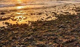 Żwiru plażowy aglow z położenia słońcem Zdjęcie Stock