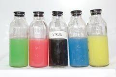 Wirus, barwionych substancj chemicznych szklana butelka, biały tło Obrazy Royalty Free