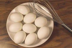 Wischen Sie oder Schneebesen und Eier Lizenzfreies Stockfoto