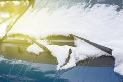 Wischer auf einem Auto in der Schneenahaufnahme, getont lizenzfreie stockfotos
