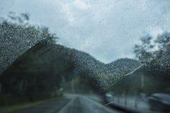 Wischerblatt wischt Regenwasser ab Stockbilder