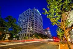 Wisconsin aveny p? natten, i i stadens centrum Bethesda, Maryland royaltyfri fotografi