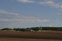 Wisconsin-Bauernhof mit gepflogenen Feldern Stockfotografie